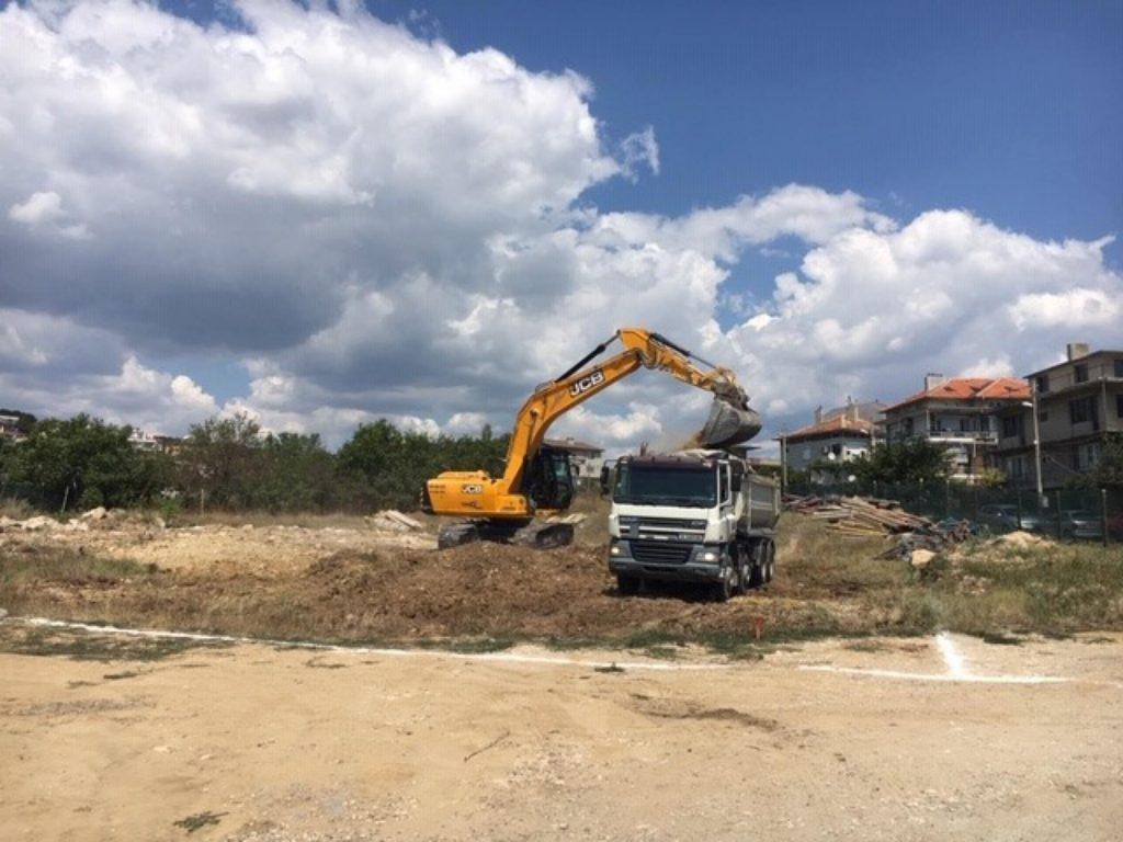 Виница Гадрън - първа комка на строежа багер